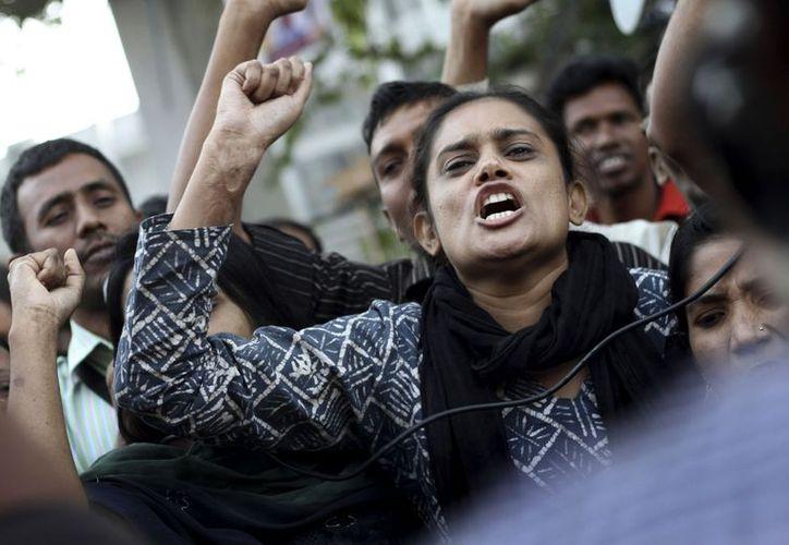 Protesta de trabajadores a consecuencia del fatal incendio del sábado ocurrido en una fábrica de ropa en las afueras de Dhaka. (Agencias)