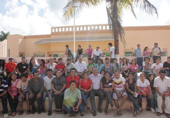 A la inauguración de la semana de salud acudieron decenas de jóvenes de secundaria y bachillerato. (Cortesía/SIPSE)