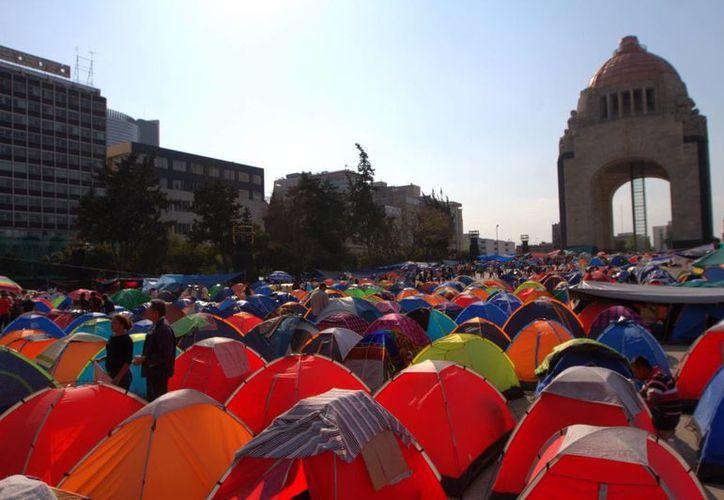 Las primeras horas de este martes integrantes de la CNTE se instalaron en la explanada del Monumento a la Revolución. (Notimex)