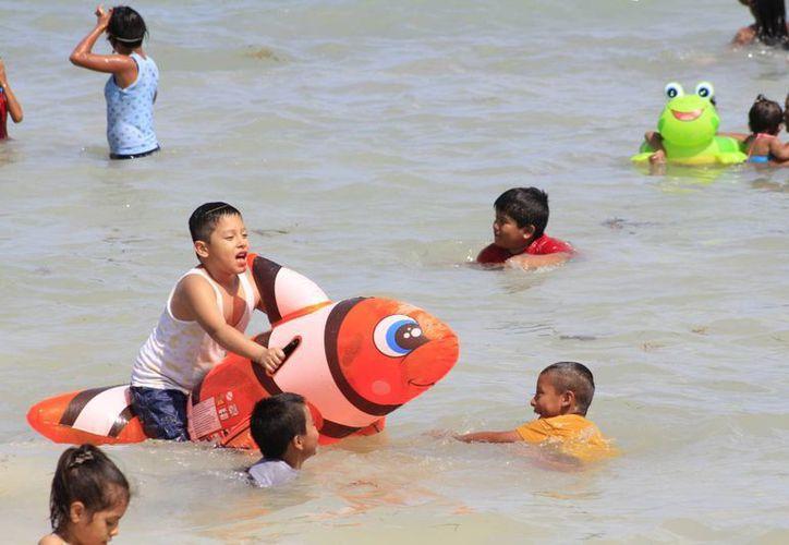 Los niños disfrutaron a lo máximo del mar. (Sergio Orozco/SIPSE)
