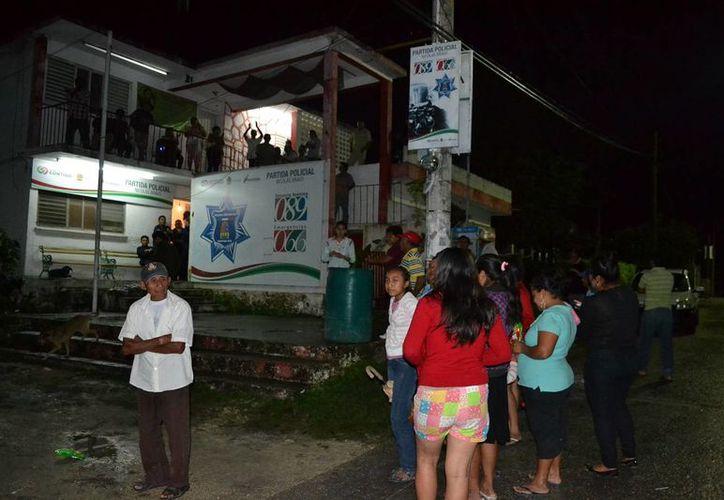 Varias centenas de pobladores se dieron cita a las afueras de las oficinas de la alcaldía para invalidar la votación. (Edgardo Rodríguez/SIPSE)
