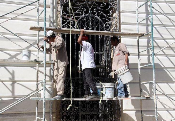 Los albañiles realizan con mucho cuidado los trabajos, ya que están conscientes de la responsabilidad que implica trabajar en edificios tan antiguos. (Milenio Novedades)