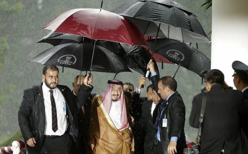 Resultado de imagen para rey de arabia saudita paraguas