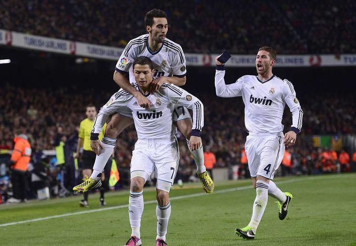 Mientras el Barsa busca soluciones, el Madrid suma adeptos a la causa que lidera Cristiano. (Agencias)