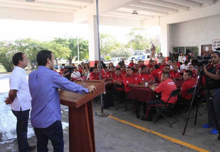 Las autoridades festejaron a los bomberos de Benito Juárez. (Tomás Álvarez/SIPSE)