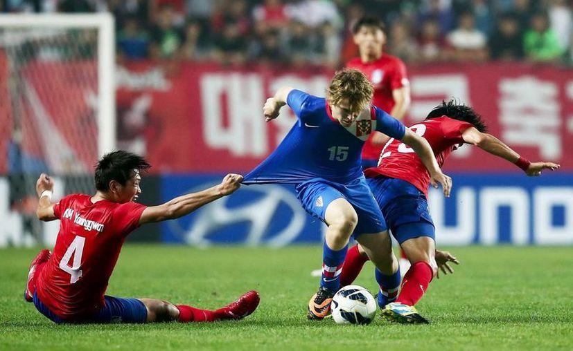 El adolescente futbolista croata Alen Halilovic (c) pelea por el balón durante un partido. (EFE/Archivo)