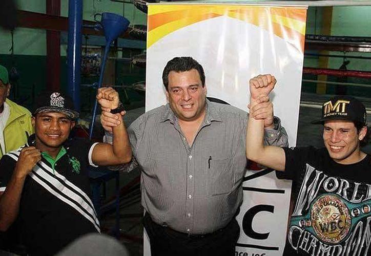 Román González, Mauricio Sulaimán y Carlos Cuadras, durante un evento boxístico en julio del 2015. (notifight.com)