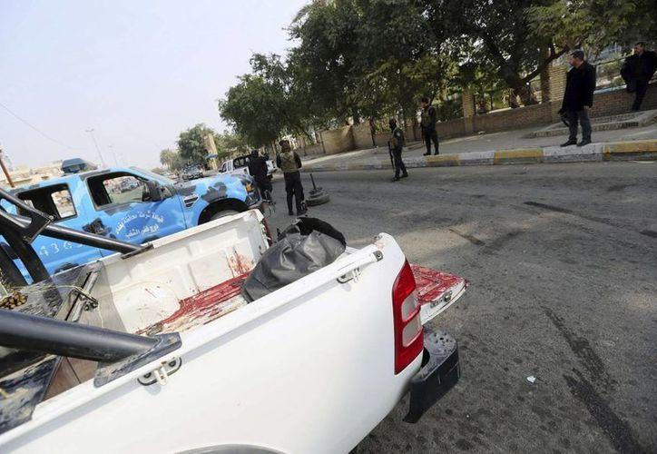 Varios policías iraquíes refuerzan la seguridad en el mercado Bab al-Sharqi, en el centro de Bagdag, Irak. (EFE)
