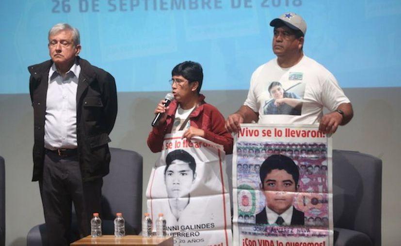 Padres piden a AMLO aclarar la desaparición de los 43 normalistas. (Foto: Sin Embargo)