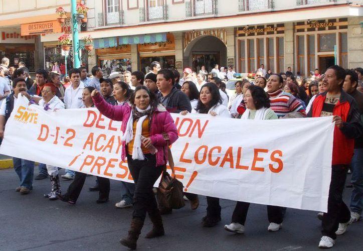 En Veracruz poco más de 10 mil maestros de todo el estado marcharon por tercer día consecutivo. (Notimex)
