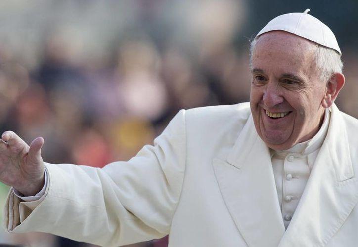 El Papa Francisco criticó a la Iglesia que 'piensa en cómo ganar dinero'. El Pontífice al llegar a la plaza de San Pedro del Vaticano. (Archivo/EFE)