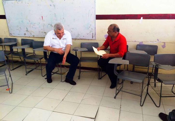 El secretario particular del Ejecutivo Estatal, Manuel Valencia Cardín, se reunió con directivos de 35 escuelas de Cozumel para hablar de las necesidades de los planteles educativos.  (Irving Canul/SIPSE)