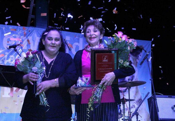 Lidia Saleh Angulo con María Eugenia Escobedo en la velada de AFAD. (José Acosta/SIPSE)