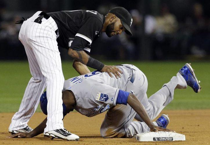 Lorenzo Cain (d), de Reales de Kansas City, se roba la segunda base pese a los esfuerzos del shortstop Alexei Ramirez, de Medias Blancas de Chicago en el primer inning del partido entre ambos equipos. (Foto: AP)