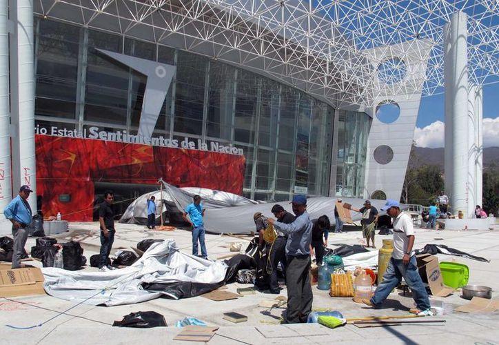 Los profesores retiraron el plantón que mantenían afuera del Palacio de Gobierno. (Notimex)
