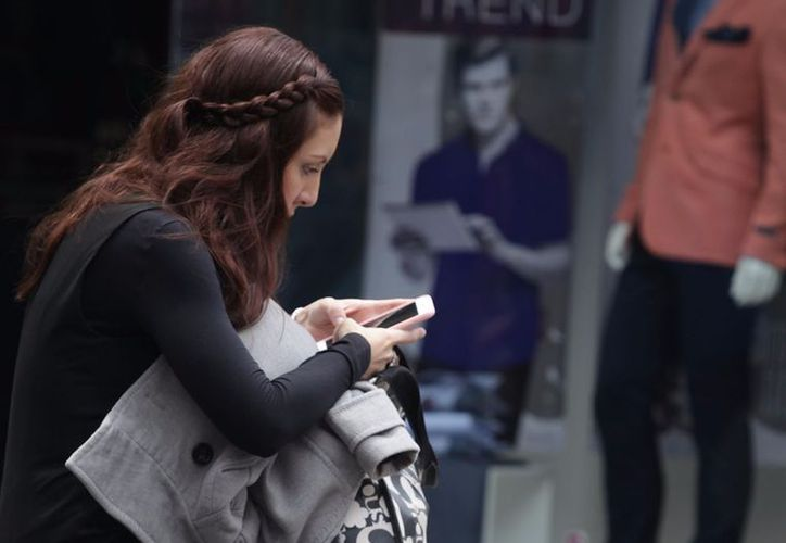 Los jóvenes y menores son los más afectados por el exceso de dispositivos electrónicos (La Jornada)