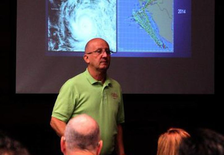 Lixión Ávila, especialista del Centro Nacional de Huracanes de Miami (NOAA), durante su participación en el X Seminario Internacional de Huracanes. (José Acosta/SIPSE)