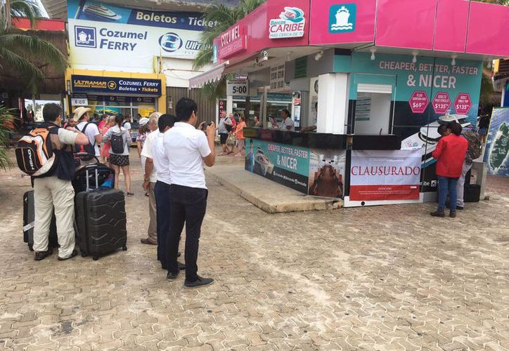 Un módulo de venta de boletos de ferry fue clausurado esta tarde por la Profepa, en Playa del Carmen. (Cortesía)