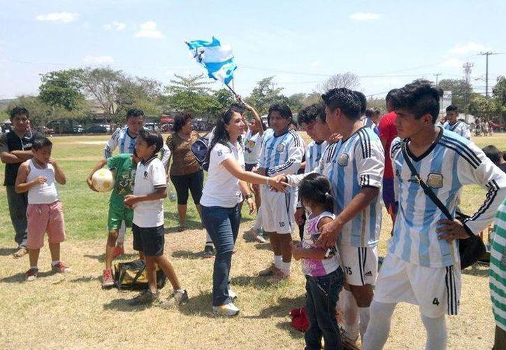 Paloma Angulo, candidata a diputada por el Distrito III local, saluda a deportistas en la colonia El Porvenir. (SIPSE)