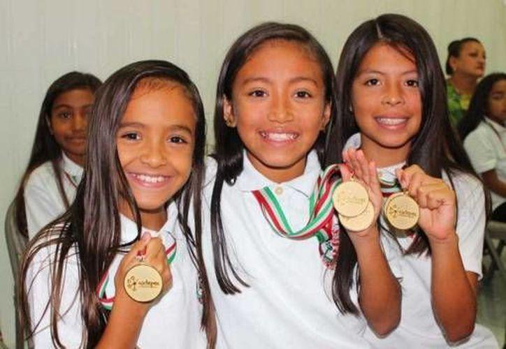 Pequeñas yucatecas practicantes de nado sincronizado muestran las medallas que obtuvieron en el campeonato nacional en Oaxtepec, Morelos.(Fotos: cortesía del Gobierno de Yucatán)