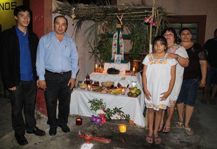Vecinos del rumbo de La Socorrito, en el sur de Mérida, mantienen viva la tradición del Día de Muertos, conocido en maya como Hanal Pixán. (SIPSE)