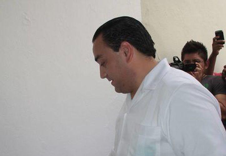 Roberto Borge Angulo emitió su voto en la casilla ubicada en el Museo. (Julián Miranda/SIPSE)