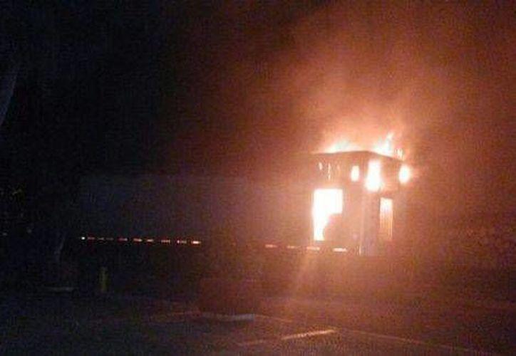 En la foto, el vehículo incendiado durante el concierto de J Balvin en Acapulco. (Foto tomada de Milenio Digital)