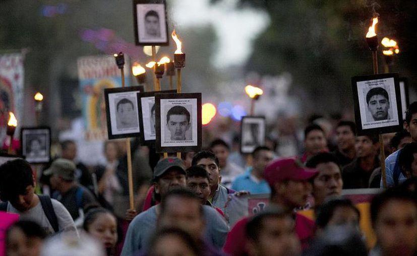 Uno de los casos más sonados de desaparecidos es el de los 43 normalistas, el cual ha provocado gran impacto a nivel internacional.  Imagen de archivo de una marcha para exigirle al gobierno mexicano encontrar a los jóvenes. (Archivo/AP)