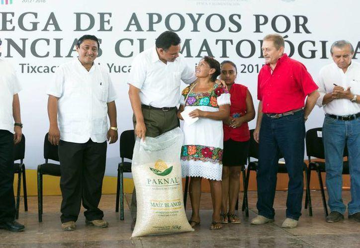 En comisarías de Tixcacalculpul, el gobernador Rolando Zapata Bello entregó paquetes de aves de traspatio, alimento balanceado y maíz. (Milenio Novedades)