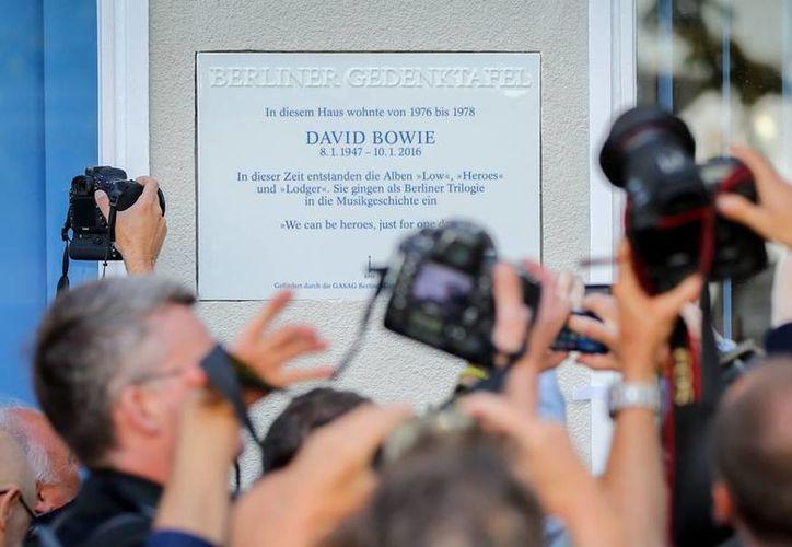 Una placa para honrar la memoria de David Bowie ya 'cuelga' de una de las paredes del departamento que el cantante habitó en Berlín, Alemania. (AP)