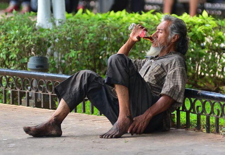 Aunque las autoridades tratan de convencerlos de que no vuelvan a pedir limosna, después de atendidos, los indigentes regresan a los parques. (SIPSE)