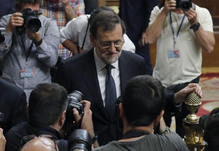 El presidente del Gobierno en funciones y candidato del PP, Mariano Rajoy, abandona el hemiciclo al terminar la segunda jornada del debate de investidura, en el Congreso español. (EFE)