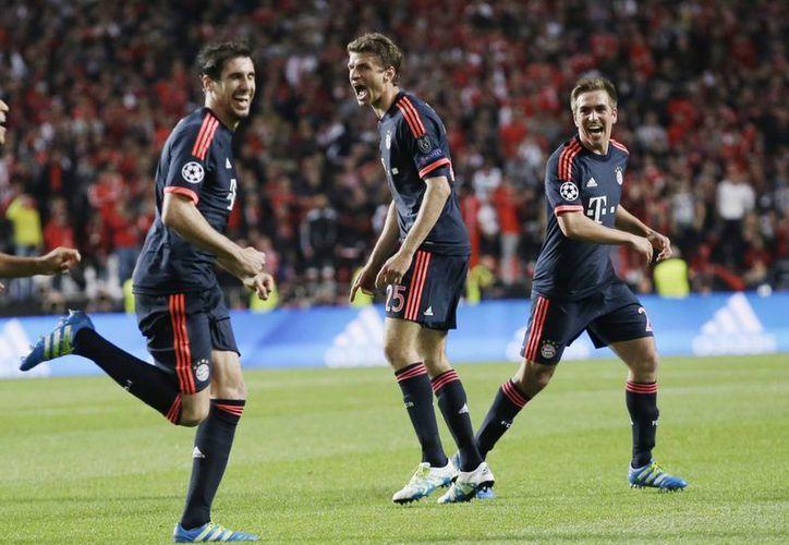 El Bayern Múnich consiguió este miércoles en Lisboa un empate a dos que lo coloca dentro de los mejores cuatro clubes de Europa. (AP)