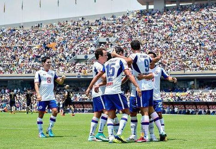 Roque Santa Cruz (de espaldas) fue el autor del único tanto del partido entre Cruz Azul y Pumas, que como locales desperdiciaron una de sus últimas posibilidades de clasificar a la liguilla. (mexsport.com)