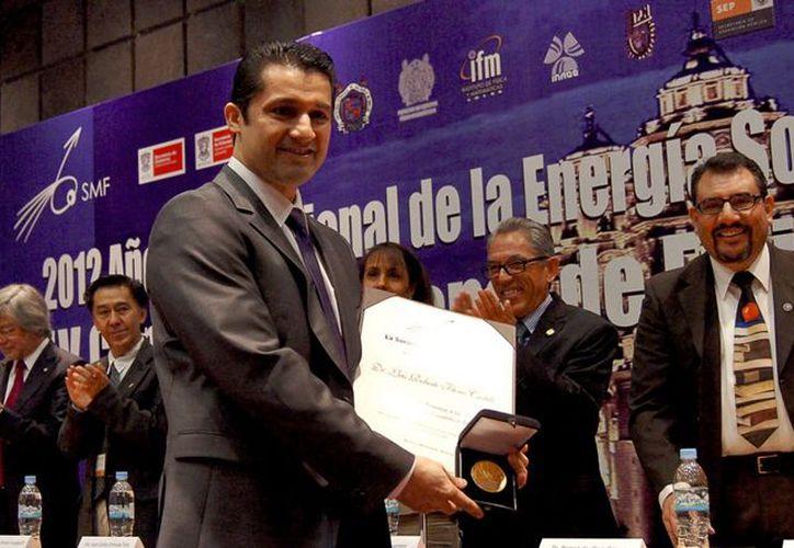 El pasado 8 de octubre la Sociedad Mexicana de Física le entregó en Morelia, Michoacán, el Premio a la Investigación Científica a Flores Castillo, que actualmente reside en Ginebra, Suiza. (Agencia Reforma)