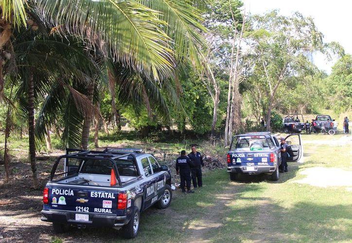 Policías se sumaron a la búsqueda de don Macario por las zonas aledañas a su domicilio. (Foto: Carlos Castillo/SIPSE)