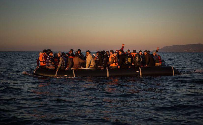 En Europa, el tráfico de personas recibe ingresos de hasta 150 millones de dólares al año. Imagen de contexto de un grupo de migrantes en alta mar. (Archivo/AP)