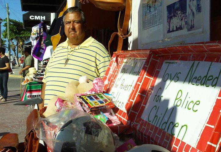 Richard y un grupo de entusiastas colaboradores viajarán a Chiapas y Guatemala llevando material escolar a comunidades muy pobres. (Manuel Pool/SIPSE)