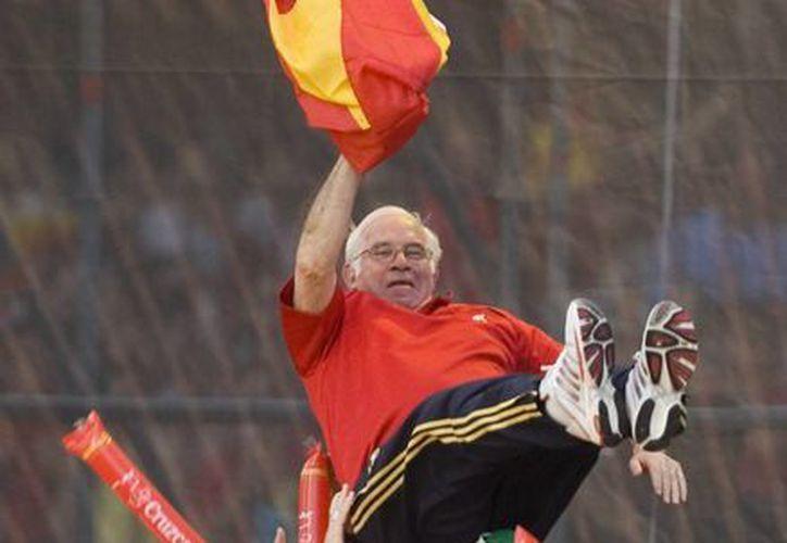 Aragonés tuvo una exitosa carrera como entrenador y como jugador de futbol soccer. En la gráfica, festeja con jugadores de <i>La Roja</i> la obtención del título de la Euro de 2008. (Agencias)