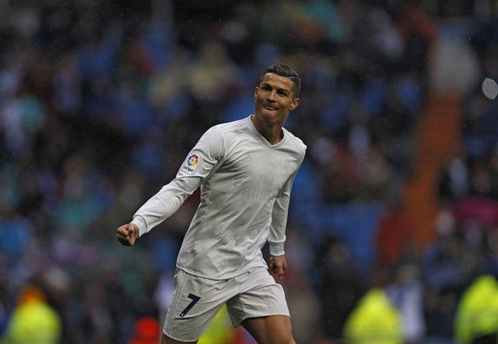 En una imagen inusual, Cristiano Ronaldo celebra uno de sus dos goles ante Sporting con una camiseta ecológica a la que se le borró el escudo madrileño y casi todo lo demás, en partido ganado por Real Madrid. (AP)