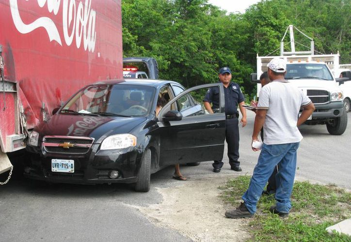 La conductora intentaba rebasar a un camión en una curva. (Irving Canul/SIPSE)