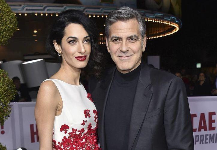 Amal y George Clooney serán papás de mellizos, reveló una presentadora de televisión de CBS, en Estados Unidos. (AP/Archivo)