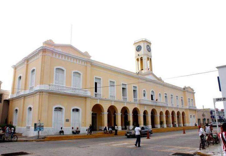 Freddy Ruz Guzmán, alcalde de Umán; Alberto Padrón, de Hunucmá, y Vicente Euán Andueza, de Motul (cuyo Ayuntamiento aparece en esta foto), eran hasta hace poco los aspirantes a dirigir la Ampyac, pero ninguno se inscribió y ahora hay incertidumbre. (SIPSE)