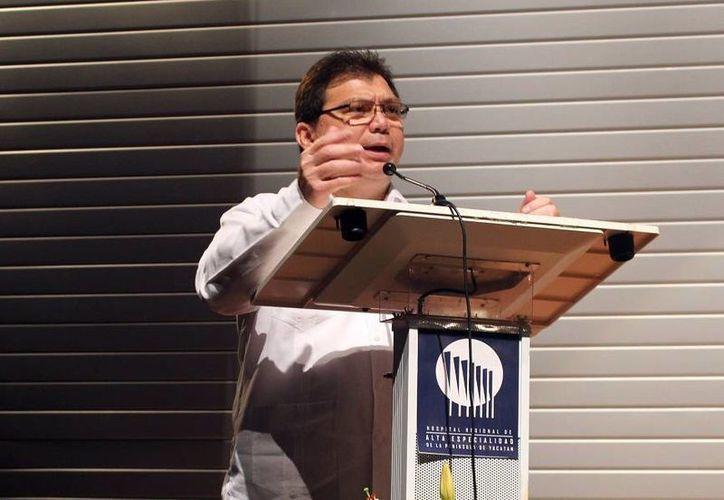 Imagen de Jorge Mendoza Mézquita, sectrtario de Salud Estatal, quien declaró que en Yucatán no es tan frecuente la venta de bebidas adulteradas en comparación con otros Estados de la país. (Milenio Novedades)