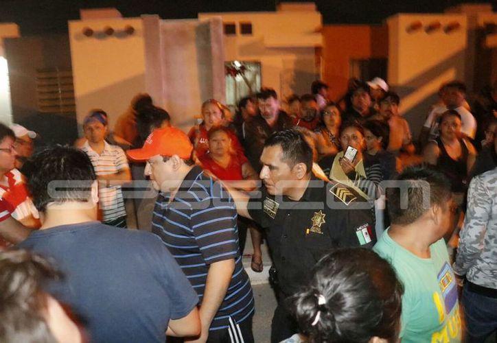 Decenas de vecinos se unieron para presionar al conductor. (Fotos: José Acosta/SIPSE)