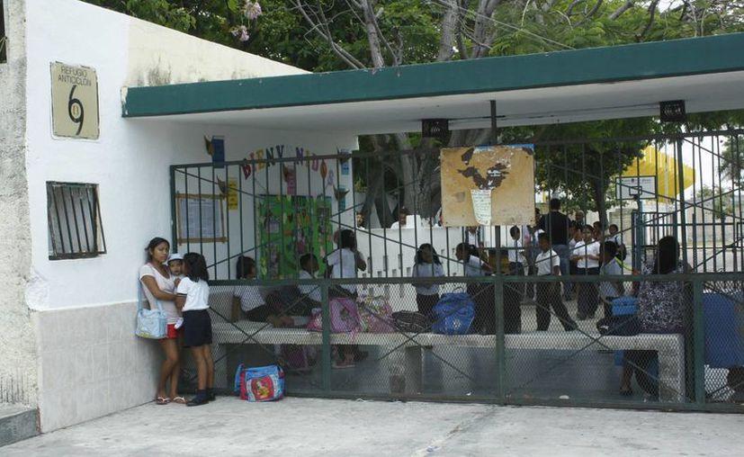 Revisan escuelas antes del inicio de la temporada de huracanes. (Tomás Álvarez/SIPSE)