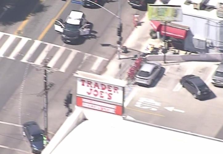 La policía trabajaba para rescatar a los clientes y trabajadores atrapados en el interior. (Telemundo)