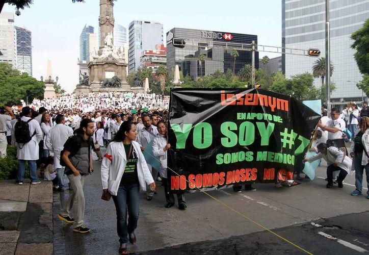 Médicos marcharon por diversas ciudades en apoyo de sus colegas de Guadalajara acusados de negligencia. (Notimex)