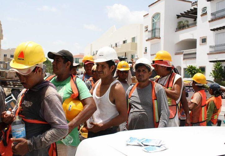 Los trabajadores de la construcción son los más propensos a sufrir un golpe de calor. (Octavio Martínez/SIPSE)