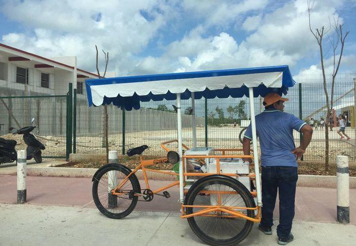 Los ambulantes venden dulces y tacos en las escuelas. (Amaury Rodríguez/SIPSE)